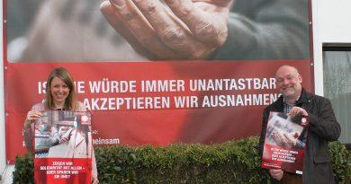 Solidarisch füreinander einstehen – Karina Reimann und Christoph Be-cker aus dem Geschäftsleitungsteam machen sich für die Caritas-Kampagne #DasMachenWirGemeinsam stark.