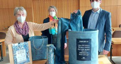 Bürgermeister Christian Pospischil ging mit gutem Beispiel voran und trennte sich von einer abgelegten Jeans. Sehr zur Freude von Adelheid Lütteke (links) und Marion Terschlüsen.